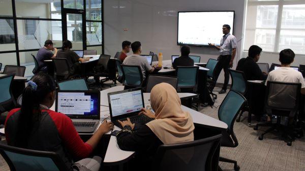 """世纪学院通过谷歌课堂为学生提供""""技术支持""""的学习环境。"""