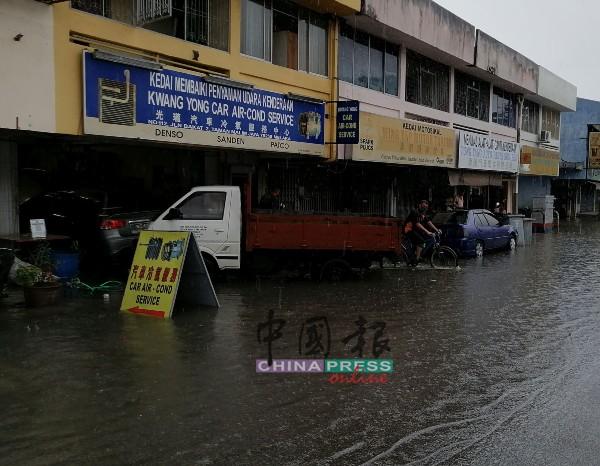 水淹进店里,影响了商家的作业。