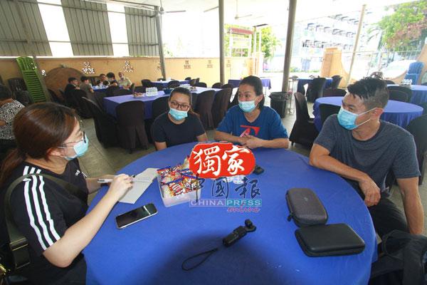 刘国俊家人向记者述说死者生平事迹。