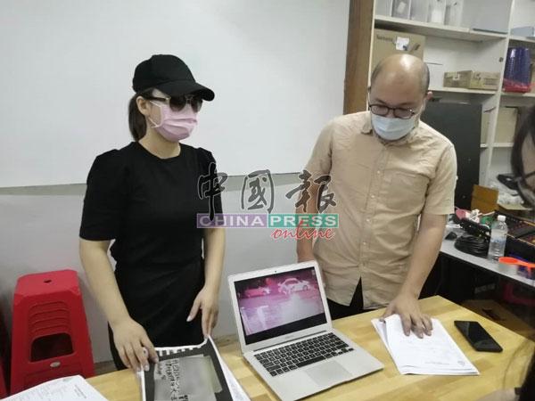 邹裕豪(右起)与刘女士播放闭路电视所摄下的大耳窿干案过程。