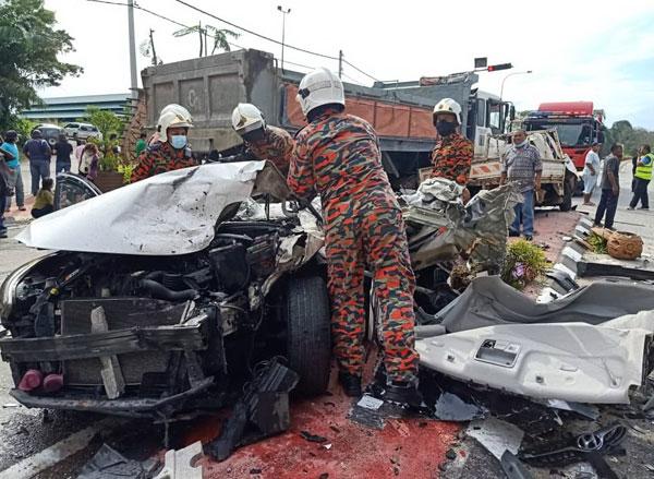 死者乘坐的轿车,撞成废铁。