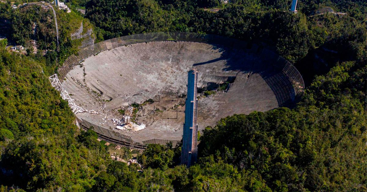 重达900吨的天文望远镜坠毁后,反射碟上留下大洞。