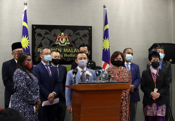 马智礼(前排左3)与反对党议员谴责威利莫金比中指行为。前排左2起为邱培栋和陈仪侨。