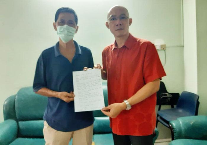 施志荣(右)原本已为李姓老翁准备了上诉信,但最后老翁决定缴付罚单。