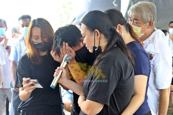 死者4名子女悲痛地歌唱张雨生的《大海》送别挚爱的双亲。