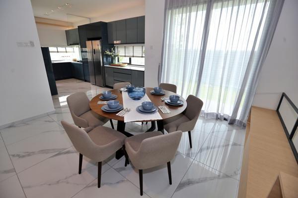 宽敞的饭厅及厨房,让一家人可以舒适用餐。