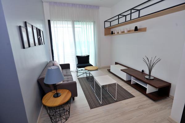 楼上的小客厅空间宽敞,陪着孩子在此阅读或看电视,可增进亲子关系。(A款)