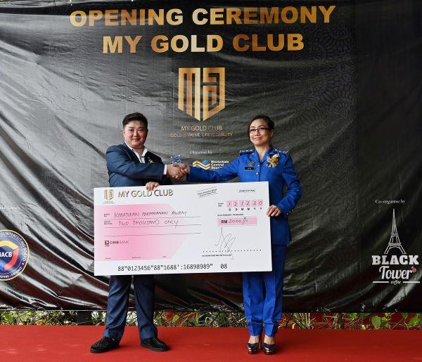 启动仪式当天,MGC也捐助2000令吉给予民防部队福利机构,为当天的活动再添色彩。(左起为张博士及林穗乡)