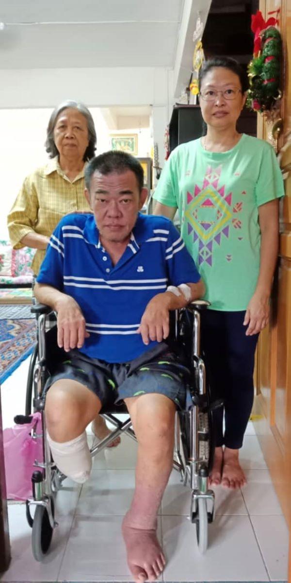 金妮(右站者)勇敢面对生活上的挑战,一边工作一边照顾丈夫和母亲。