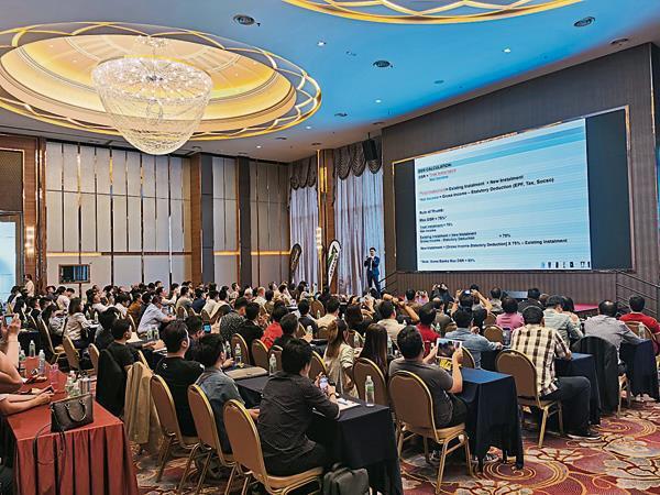 杨景雄的主力业务是传授金融知识。