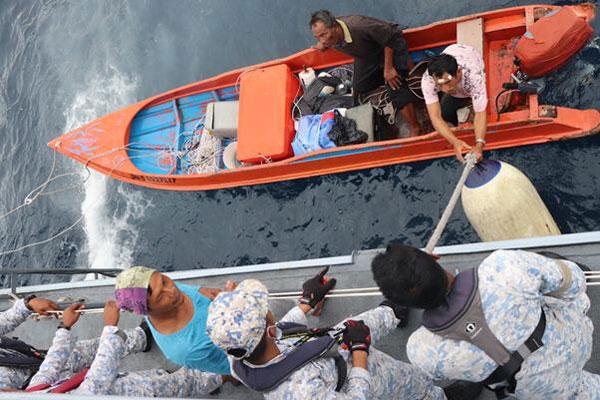 海军在寻获3名失踪渔夫时,失踪者因断粮2天及在海面漂浮,身体极为虚弱。