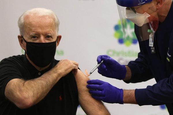 拜登週一接手第二度輝瑞疫苗接種。(法新社)