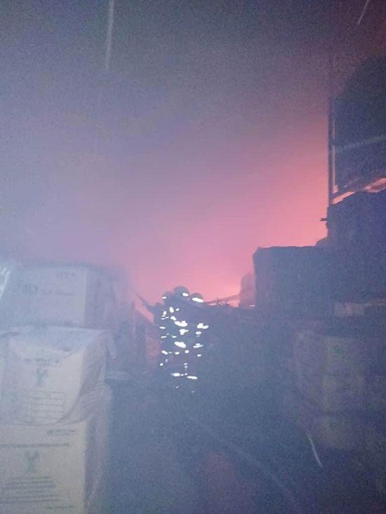手套厂存放手套模具的仓库起火燃烧。