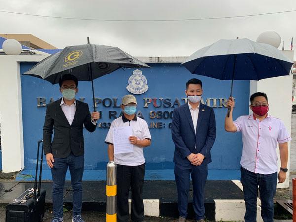 受害少女父亲陈先生(左2)在林思健(右2)、罗立原(左)和许溧根陪同下到警局报案。