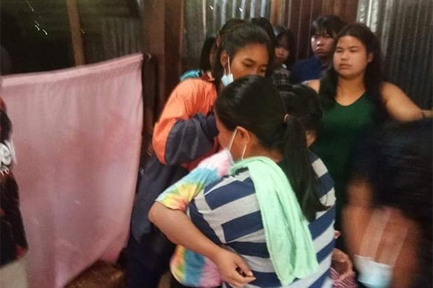 新郎致电说不来后,15岁新娘崩溃痛哭,家属抱紧安慰。