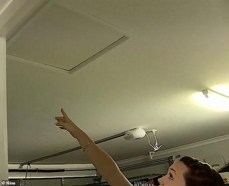 莫妮卡指着家里和天花板。小图为屋子外观。