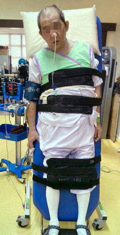 王天伦去年3月突然重度脑中风,脱险后一直瘫痪至今,生活完全无法自理。(受访者提供)