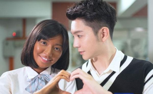 朱浩仁新歌《白娃娃》,邀请网红秋雯主演,而秋雯主把脸涂黑的画面引发不少争议。