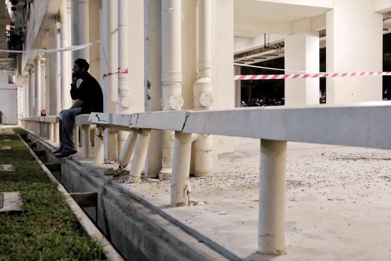 组屋楼下两根横柱被撞毁,司机表示担心赔偿不起。