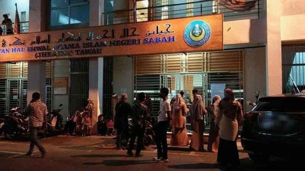 斗湖伊斯兰事务局办公室外在晚上依然有新人在排队,等候轮到他们进行婚姻注册。