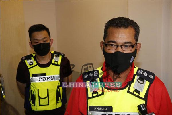 阿都卡立(右)指,警方成功捣毁2个卖淫集团基地。左为梳邦再也刑事调查组主任杨俊贤副警监。
