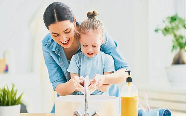 随着新冠病毒疫情肆虐全球,戴口罩、勤洗手及保持社交距离已成了人民新常态。