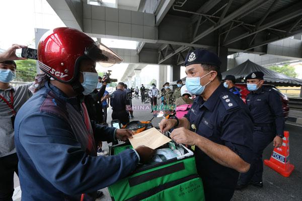 拉查里盘问送餐员,劝告对方遵守防疫标准作业程序和政府指令。