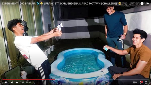 Aisar Khaledd与友人撕开包装,再把退热贴丢进泳池里。