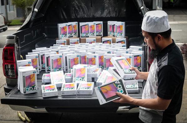 Ebit Lew购买了100个平板,欲赠送给有需要的家庭,让他们的小孩可以上网课。
