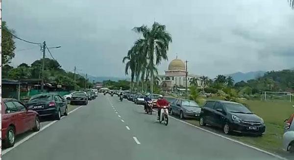 清真寺范围外的路旁,停放满满的轿车。