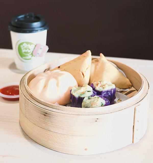 Jom Union套餐含有多元化美食,包括咸蛋流沙包、咖厘角及花生卖。