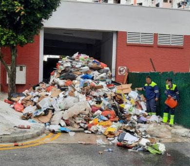 清洁工指事发时,资源回收车内的垃圾突然起火,为灭火,司机将垃圾倒在垃圾槽门口。(受访者提供)
