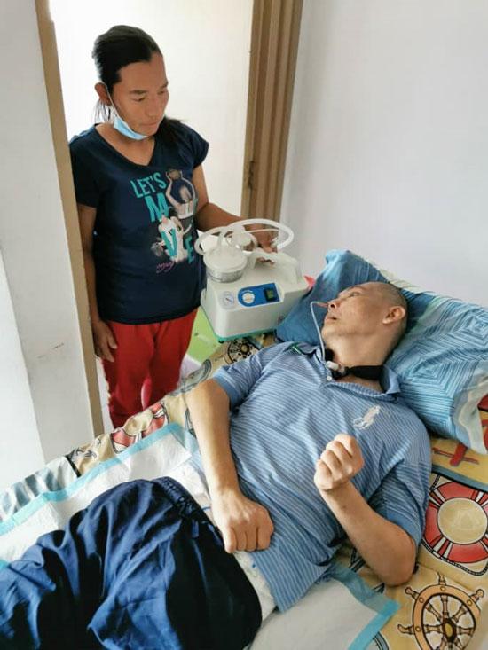 怀孕7个月的玛达琳娜,在丈夫中风瘫痪后,担起家庭经济重任。