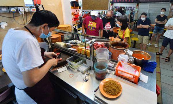 老字号中国街五香灌肠,天天都有饕客排长龙购买。
