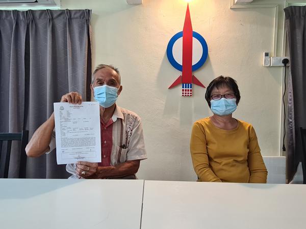 钟带发(左)在张玉莉陪同下召开记者会,宣布要与儿子钟国芳脱离父子关系。
