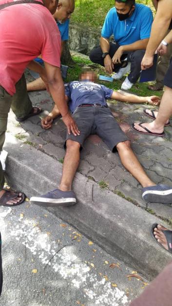 身受重伤的客货车司机,被送往医院急救。