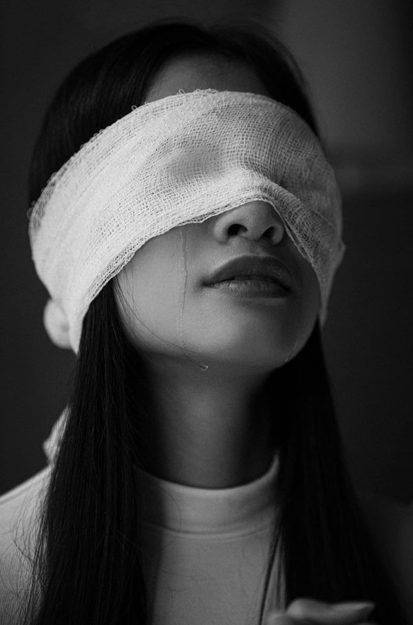 缅甸政变 发封嘴蒙眼绑手照片 缅环姐冠军挺示威者