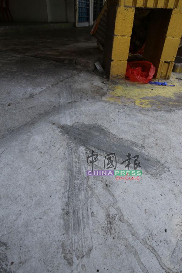 肇禍後,現場留下深深的輪胎痕跡。