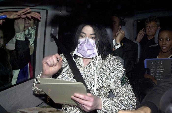 口罩已成为麦可杰逊的商标面具。