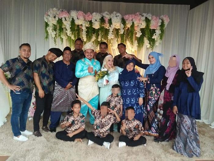 阿卡夫(站者左3)一家人于去年独生女出嫁时,出席婚礼拍摄的全家福,如今此景已成回忆。