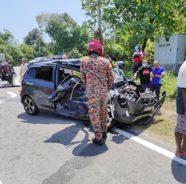 被撞轿车严重损毁。