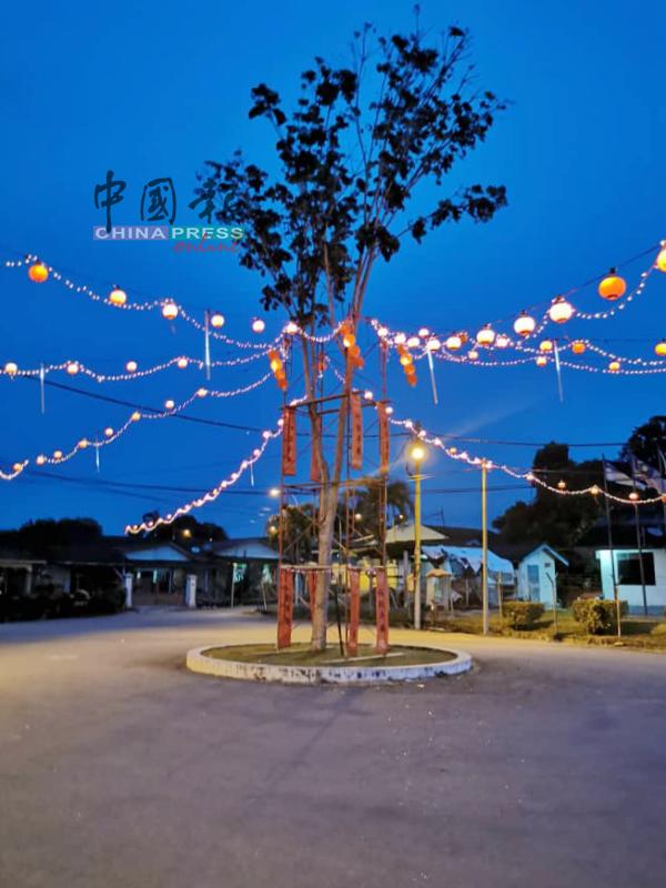 安乐新村年景布置日前顺利完成,红灯笼在夜晚大放光彩。