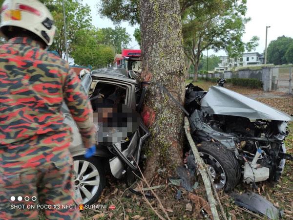 死者驾驶的轿车 几乎要断成两截。