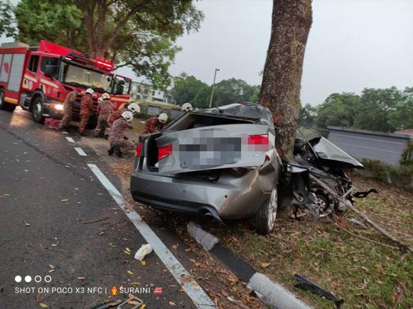 司机失控撞树,夹毙车内。