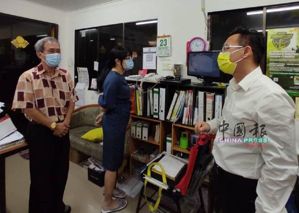 王昌海(左起)与黄宝玲,在察看闭路电视的同时,向蔡求伟反映治安问题。