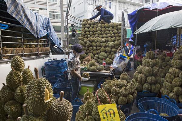 中国成了泰国新鲜榴梿的最大出口市场;图为泰国巴吞他尼府的一个水果批发市场。(彭博社)