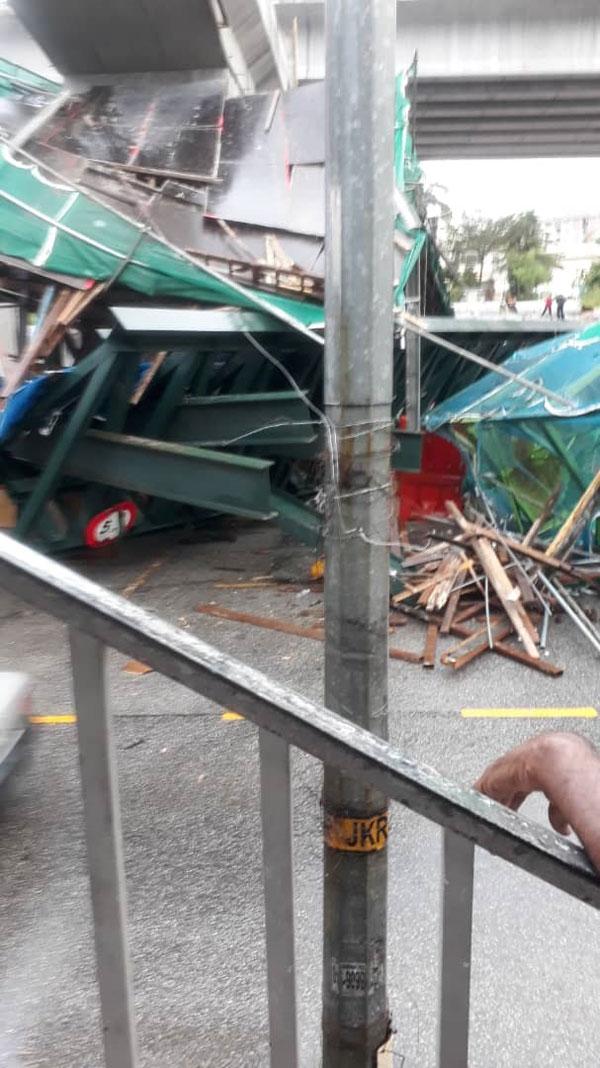 惊!吊机硬生生撞毁天桥 4车被压