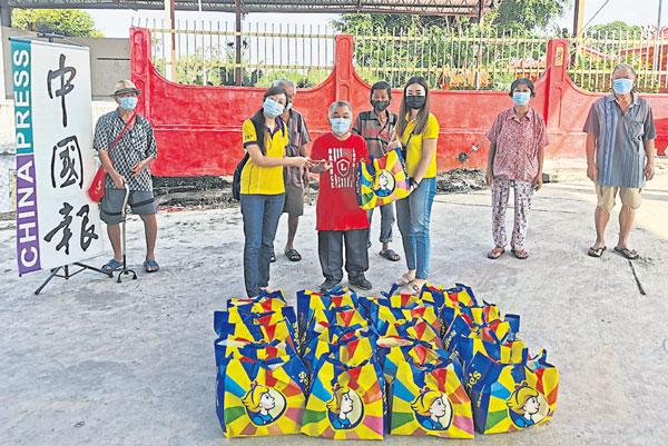 淡马鲁老人院代表张征华(前排中)接领红包及饼干,前排左起谢颖贤及彭秀冰。
