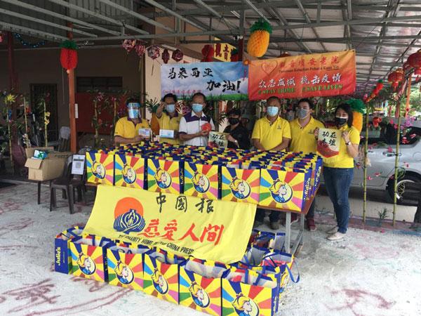 李光辉(左3)及吴志德(右3起)赠送礼袋、红包给金葩花园观音坛安老院主席卢桂香,曾浩强(左起)、许锦文、古莉英(右起)及叶怡逸陪同。