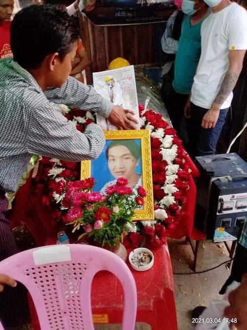 当地民众为被杀害的示威者操办后事。